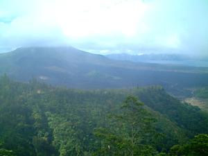 左が火山、右奥に湖です